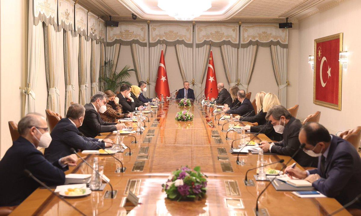 Cumhurbaşkanı @RTErdogan, Darüşşafaka Yönetim Kurulu Başkanı Tayfun Öktem ve beraberindeki heyeti, Vahdettin Köşkü'nde kabul etti.