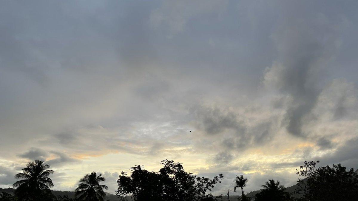 Amanecer desde Caguas, Puerto Rico 🇵🇷 Hermoso día ❤️ #sunrise #Caguas #PuertoRico #goodmorning #tuesdaymotivations #beautiful #NaturePhotography #sky #19Enero @AbimaelTiempoPR @DeborahTiempo @adamonzon @twcenterpr @CycloforumsPR #Bomdia #Buongiorno #GodBlessYou #Weather #photo