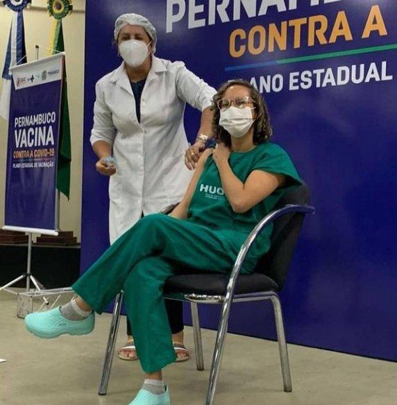 Estou emocionada em dizer que minha prima FISIOTERAPEUTA que luta todos os dias com os pacientes de um hospital público contra a COVID, foi a segunda pessoa imunizada com a Coronavac aqui em Recife.   Estou muito feliz e orgulhosa por ela.   #COVID19 #CoronaVac #VacinaDoButantan