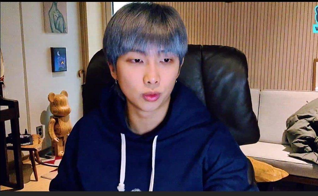 VLIVE Namjoon 🌟  🐨 ¡Hola a todos! ¿Por qué la pantalla es tan pequeña? No es incómodo para ti, ¿verdad? ¿Está inclinado? ¿Debería levantarlo un poco?  @BTS_twt #BTS_BE