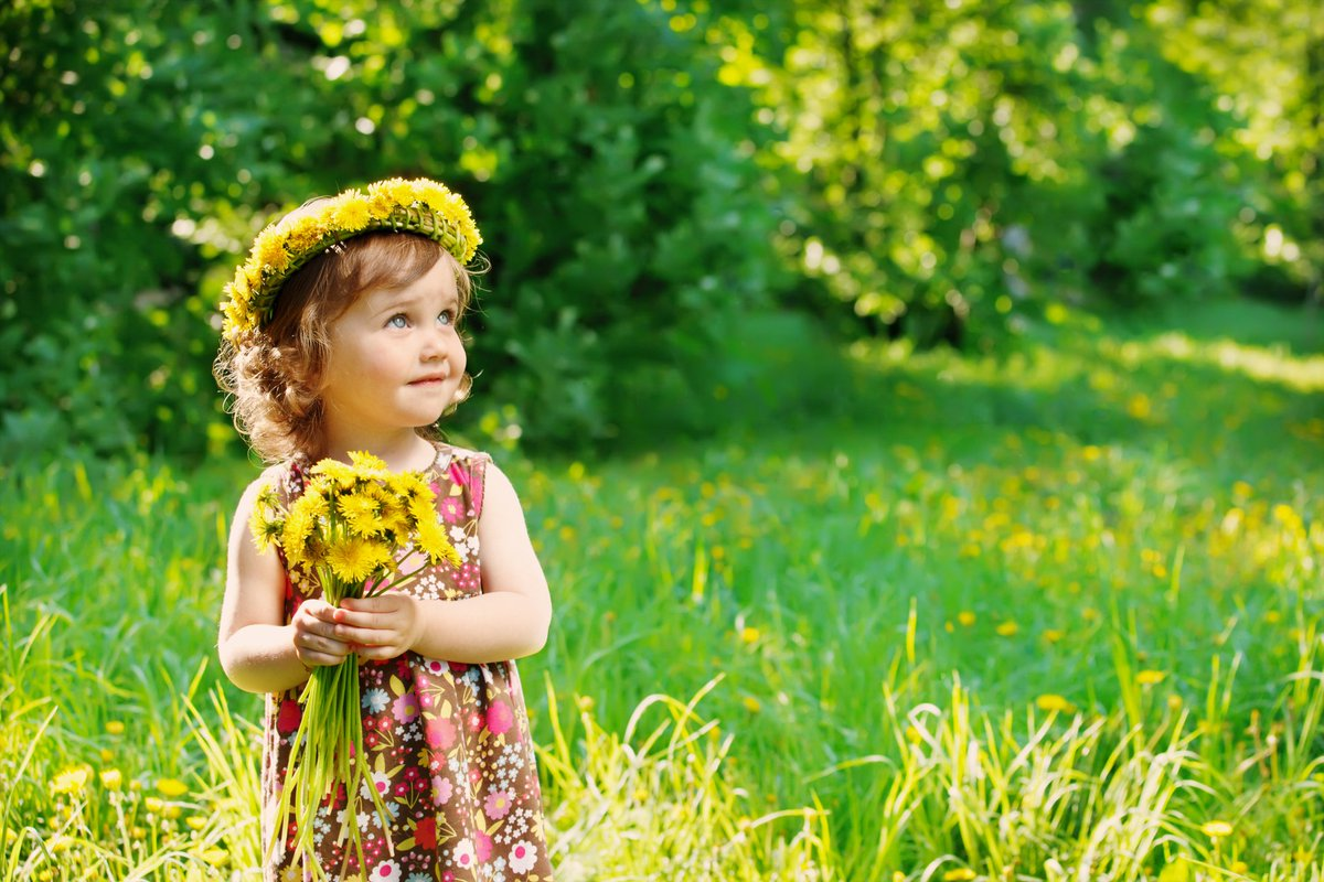 #Flowers 💖💖💖 A child 💖💖💖 A smile 🙂🙂🙂 Ah Nature 💙💚💛 You are so kind and #precious ... 💝💝💝