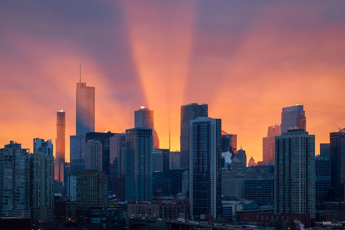 Rays of light beaming behind the Chicago skyline on Tuesday morning.  #weather #sunrise #news #ilwx #chicago