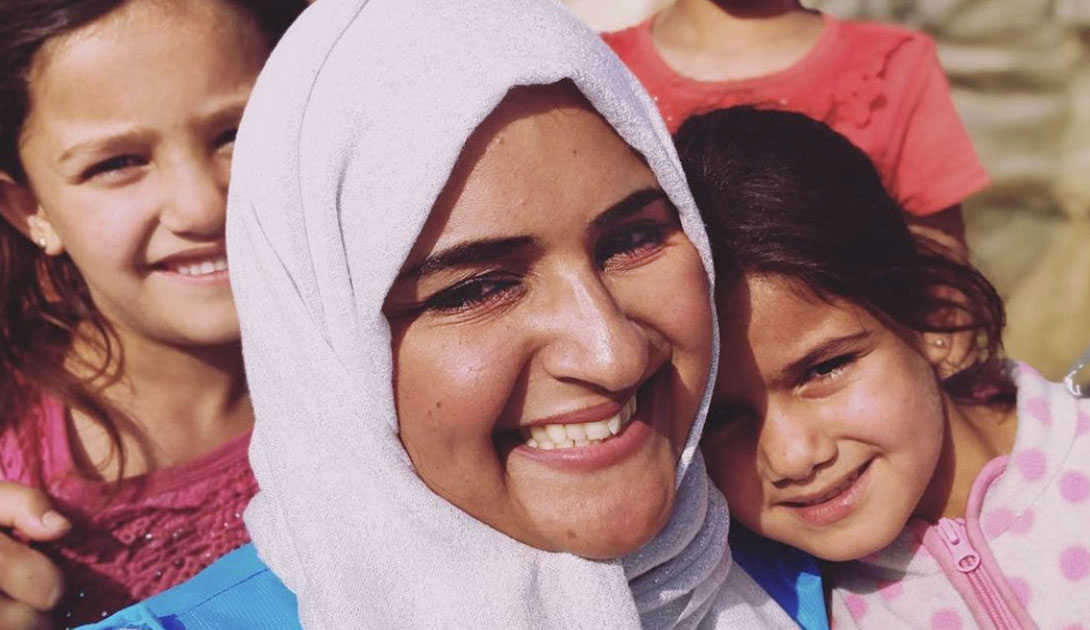 """تعرف على المهمة التي غيرت رؤية @HatoonKadi للحياة. """"غيرتني هذه الرحلة تماما. وشعرت بأن الدنيا فعليا لا تستحق. فماذا بعد أن يخسر الإنسان كل شيء؟ لن أنسى ما حييت نظرات الخواء تلك، وأراها دافعا لأتبنى قضايا اللاجئين أكثر"""". القصة الكاملة عبر الرابط 🔽"""