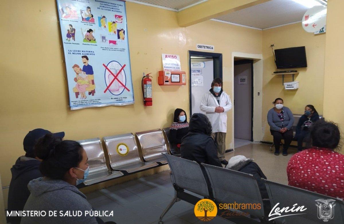 #Alausí | Equipo de #SaludMentalEc  realiza charla por Día Mundial de la Lucha contra la Depresión a los usuarios que acuden a la sala de espera del Hospital Alausí. #ActivadosPorLaSalud #EstamosContigo https://t.co/r3qiuS3AcR