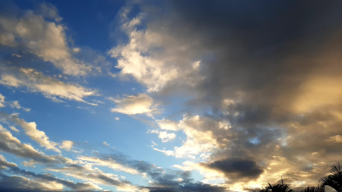 ☁️⛅Cloudy & sunset 🌥🌄⛱  🎶Good evening!🎶  #HappyHolidays #HAPPYHOLIDAY #holiday #happy #beautifulworld #Paysages #landscape #landscapephotography  #photography #photographer #photo #NaturePhotography #evening #helicopter #sunset #cloudy #cloud  #Year2021 #LaRéunion #France