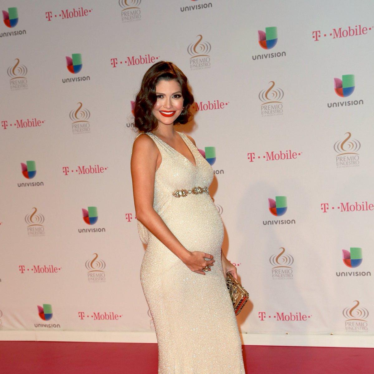 .@AnaPatriciaTV llegó embarazada de la mano de su pequeña, aunque no es la primera vez que la vemos así, en #PremioLoNuestro 2015 llegó con baby Giulietta en su vientre a la alfombra. 🥰️🤰