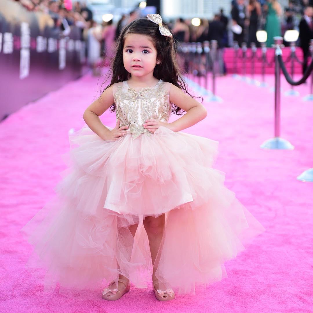 No cabe duda de que la pequeña Giulietta disfrutó muchísimo su paso por la alfombra de #PremioLoNuestro. 😍💕