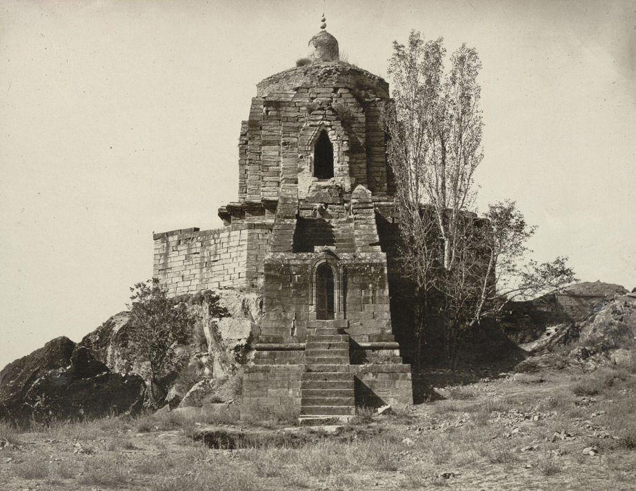God Shiva temple on Shankaracharya hill in #Srinagar #Kashmir .  (Photograph by Irish photographer John Burke in 1868 CE) @DalrympleWill