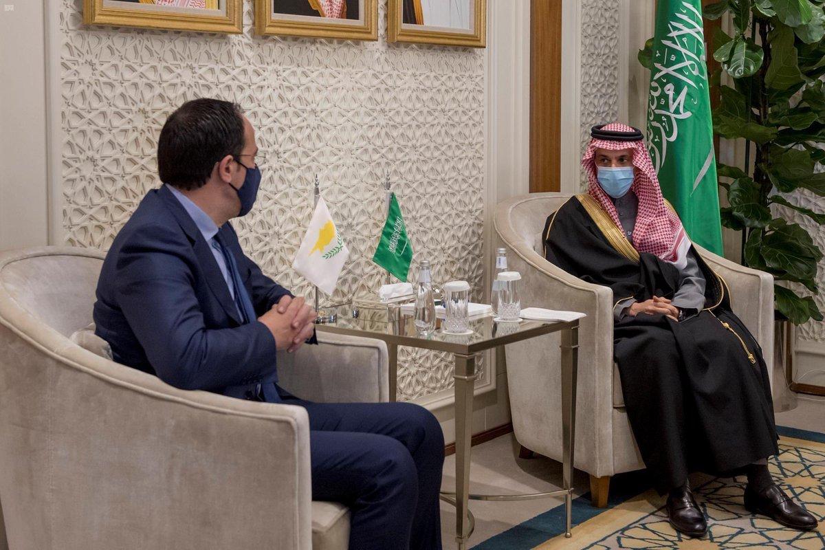سمو #وزير_الخارجية الأمير #فيصل_بن_فرحان يستقبل وزير خارجية #قبرص، ويبحث معه العلاقات الثنائية بين البلدين الصديقين وسبل دعمها وتعزيزها بما يخدم المصالح المشتركة، إضافة إلى تبادل وجهات النظر حيال القضايا الإقليمية والدولية ذات الاهتمام المشترك.  #السعودية #المملكة