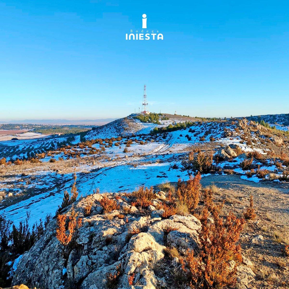 La nieve de la borrasca #Filomena se resiste a abandonarnos🥶 Más de una semana después las laderas del cerro del Águila en Fuentealbilla siguen cubiertas de nieve. Este es uno de los puntos más altos de la zona desde donde se pueden divisar la amplia llanura que nos rodea💙
