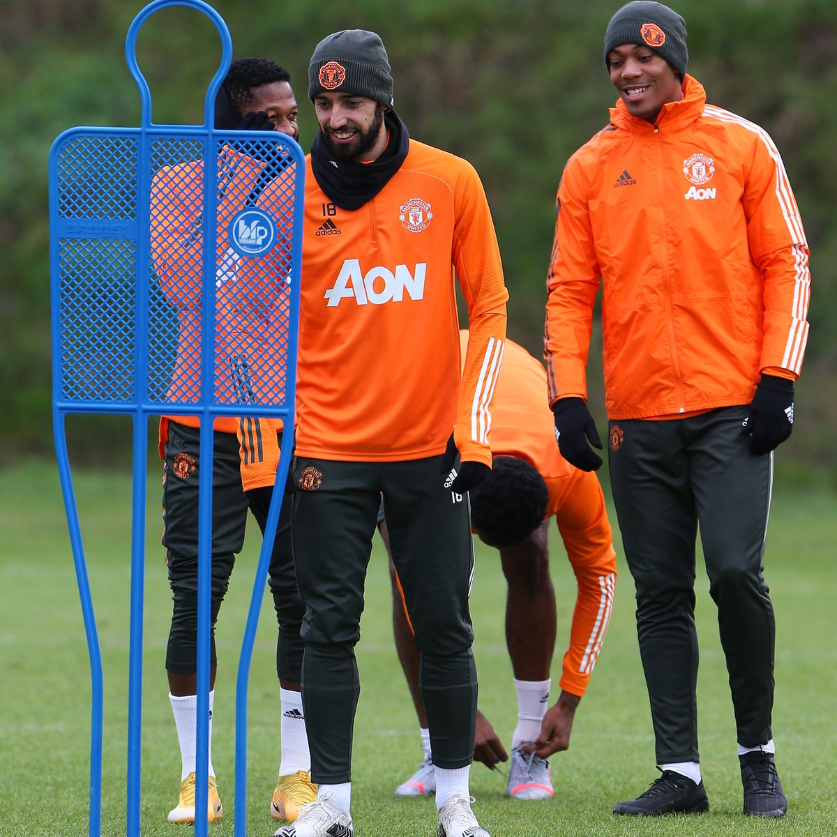 Just a light warm-up for @B_Fernandes8 today 😅  #MUFC #FULMUN