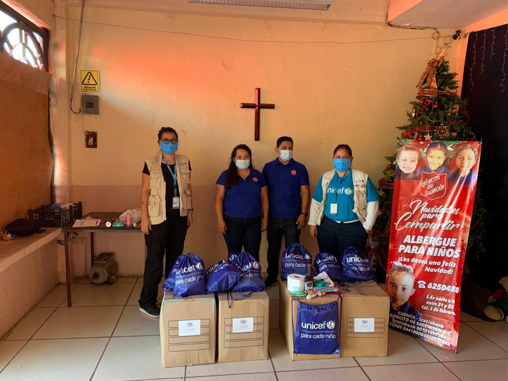 En Chiapas, el equipo de UNICEF ha entregado kits de higiene y protección contra #COVID19 para niños, niñas, adolescentes y familias migrantes, en los municipios de Palenque, Tapachula y Tuxtla Gutiérrez.  #AnteTodoSonNiños