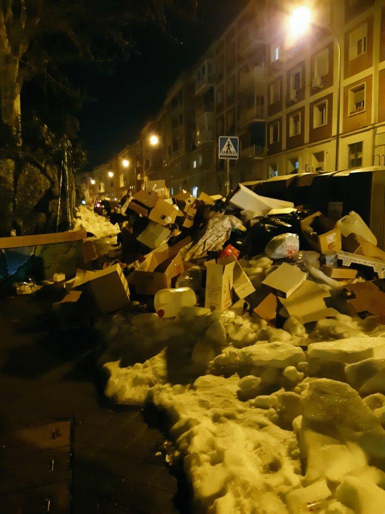 Esto es al lado del metro Barrio de la Concepción. El hielo de la acera terminará disolviéndose solo ya que no se ha enviado a nadie a limpiarlo pero... ¿Se disolverá también la basura? @JMDCiudadLineal @AngelNinoQ Madrid 11 días después #Filomena #MadridNevado #DesastreAlmeida
