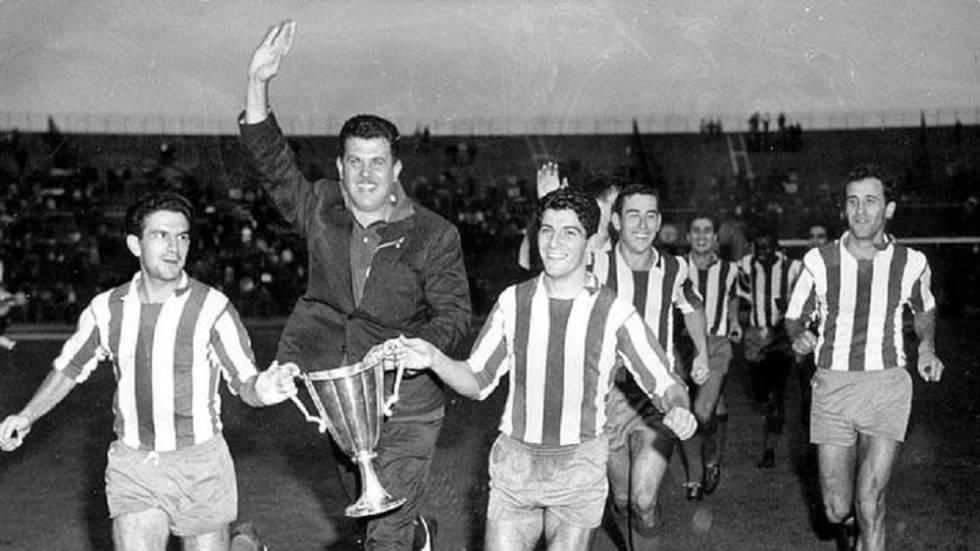 Revilla y Collar celebrando la Recopa de Europa de 1962. La victoria en Stuttgart supuso el primer título europeo del Atlético de Madrid. Tras un 1-1, en el partido de desempate el Atleti venció por 3-0 a la Fiorentina 🔴⚪️🏆 #AupaAtleti