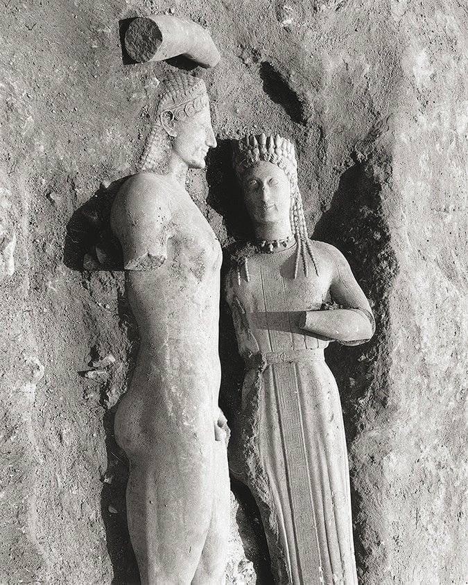 Μαρκόπουλο. Ο κούρος της Μερέντας και η κόρη Φρασίκλεια, όπως βρέθηκαν στις 18 Μαΐου του 1972, στα δυτικά του δρόμου από το Μαρκόπουλο προς τα Καλύβια Αττικής.