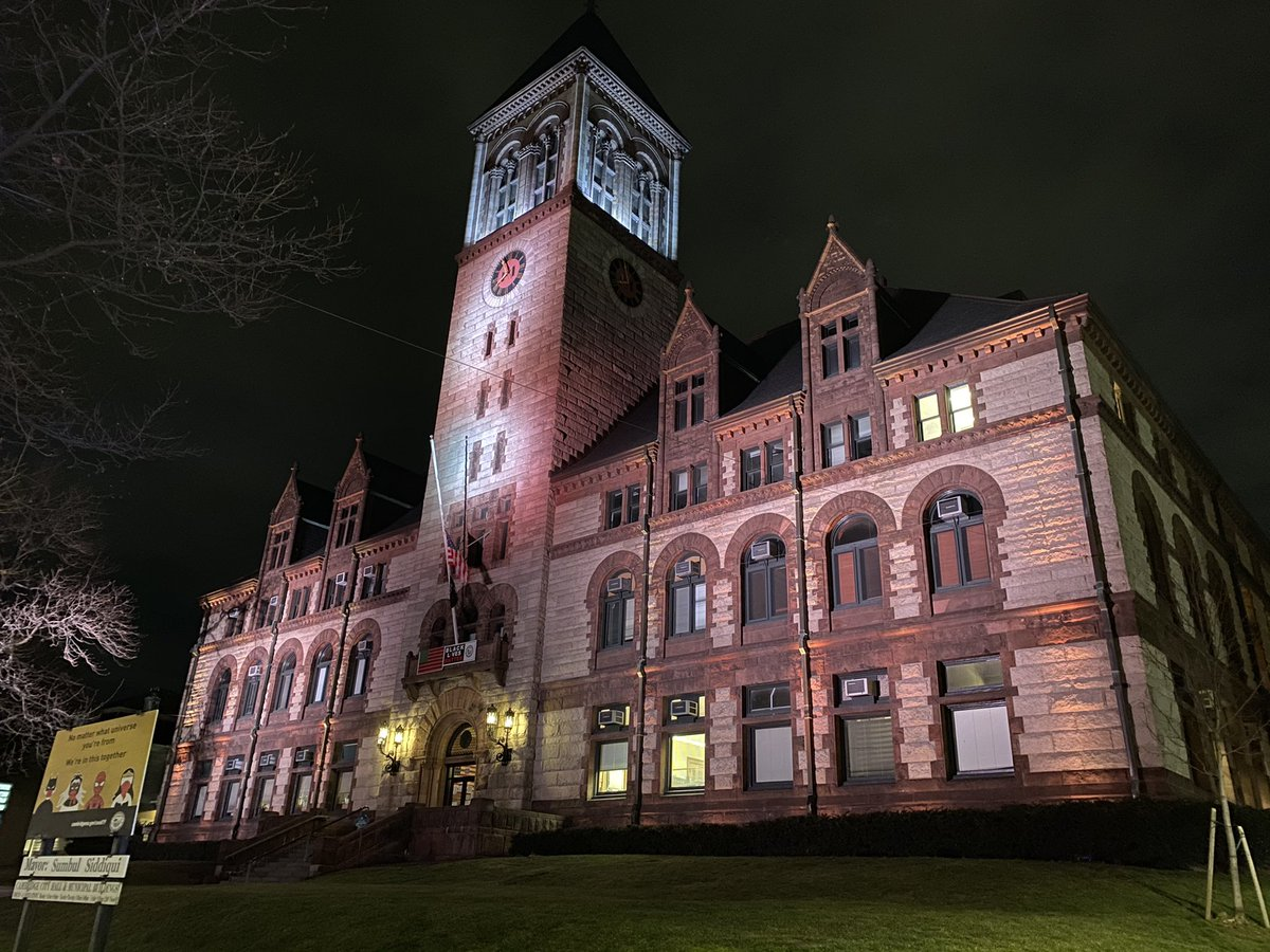Tonight, as the US passes a sad milestone of 400k lives lost to #covid_19, @CambMA City Hall is lit up in white, joining the @BidenInaugural in commemoration & memorial to all whose lives were lost to this terrible virus 🤍🤍🤍#COVIDMemorial
