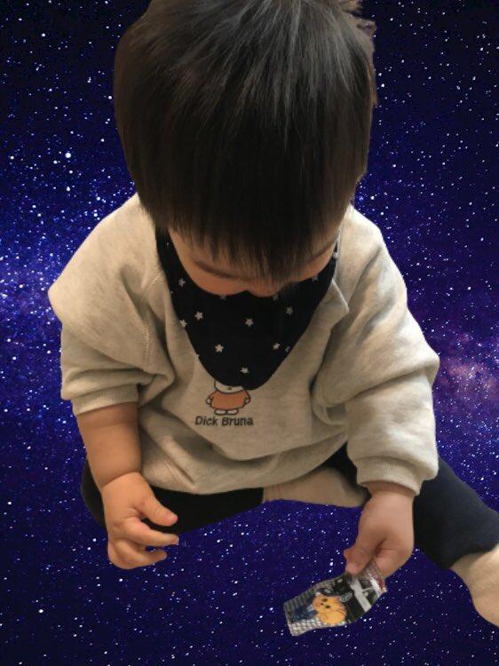 予防接種のご褒美シールずっとイジイジしてる😊 https://t.co/Z8xyLtI1JB