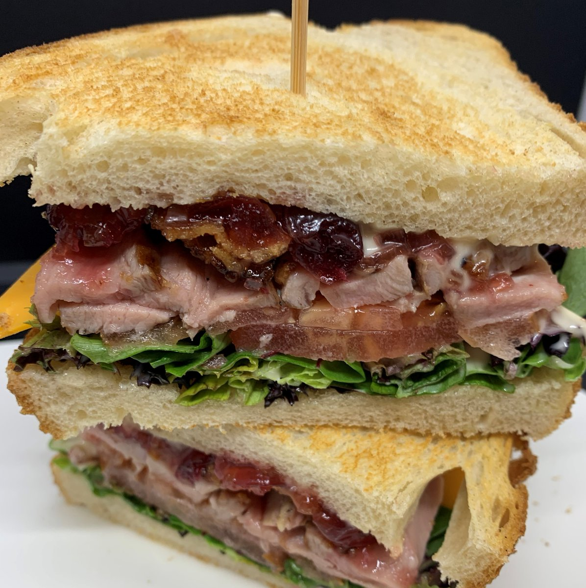 OMG!  @kingcoleduck farms duck breast, crispy bacon, @springhill_03 farms lettuce mix, tomato, cheddar cheese, #housemade #cranberryleekcompote #sourdoughbread #garlicaioli #superfood #supportlocal #lunchordinner https://t.co/OxLSeV5v9F
