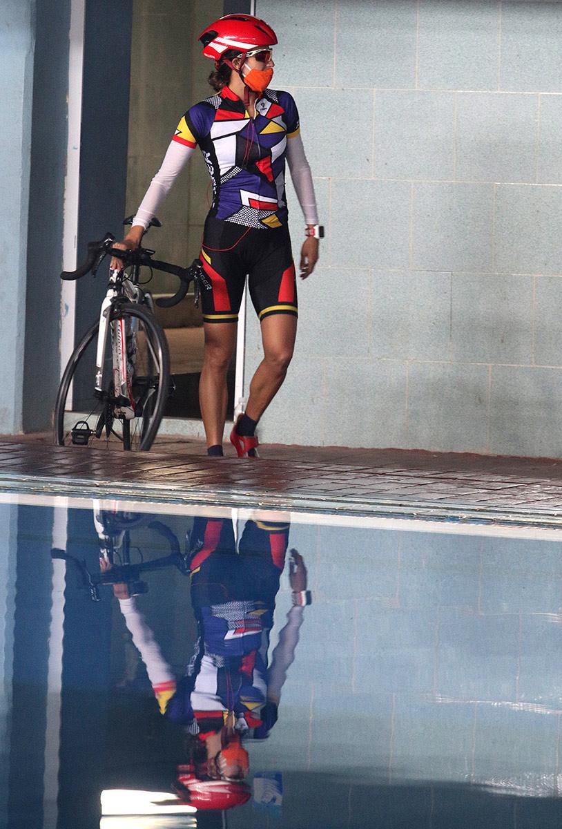Leslie Amat de #Cuba termina su entrenamiento en las piscinas y sale a montar #bicicleta protegida contra la #COVID19 #Triathlon https://t.co/fQ7HEvVg2p