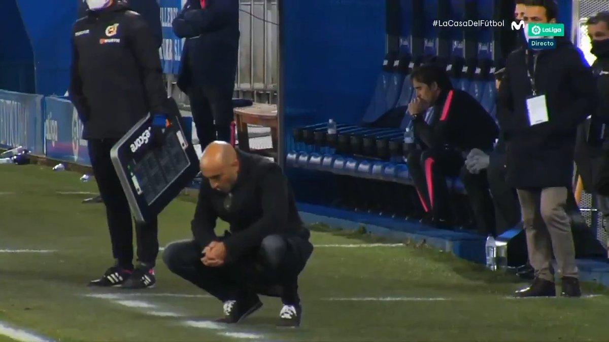 LA IMAGENAbelardo no quiere mirar el penalti, Lopetegui tampoco.