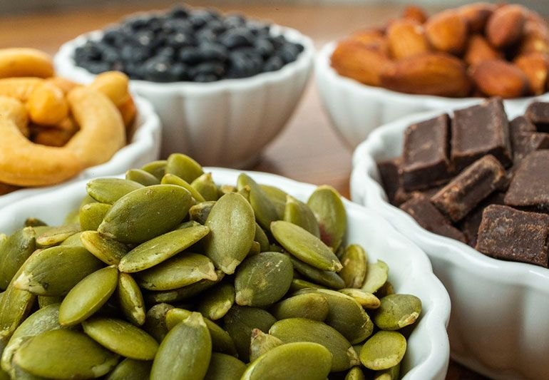 Almonds, pumpkin seeds and sunflower seeds are packed with magnesium, a mineral that is crucial in helping the enzymes that support brain metabolism and improve cognitive skills.  #healthyeating #healthylifestyle #HealthyFood #superfood #healthyliving #brain #brainhealth https://t.co/YiU6tCanbe