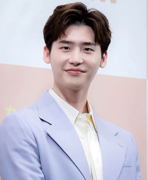 Lee Jong Suk is currently considering the casting offer for upcoming film Decibel Source: n.news.naver.com/entertain/now/…