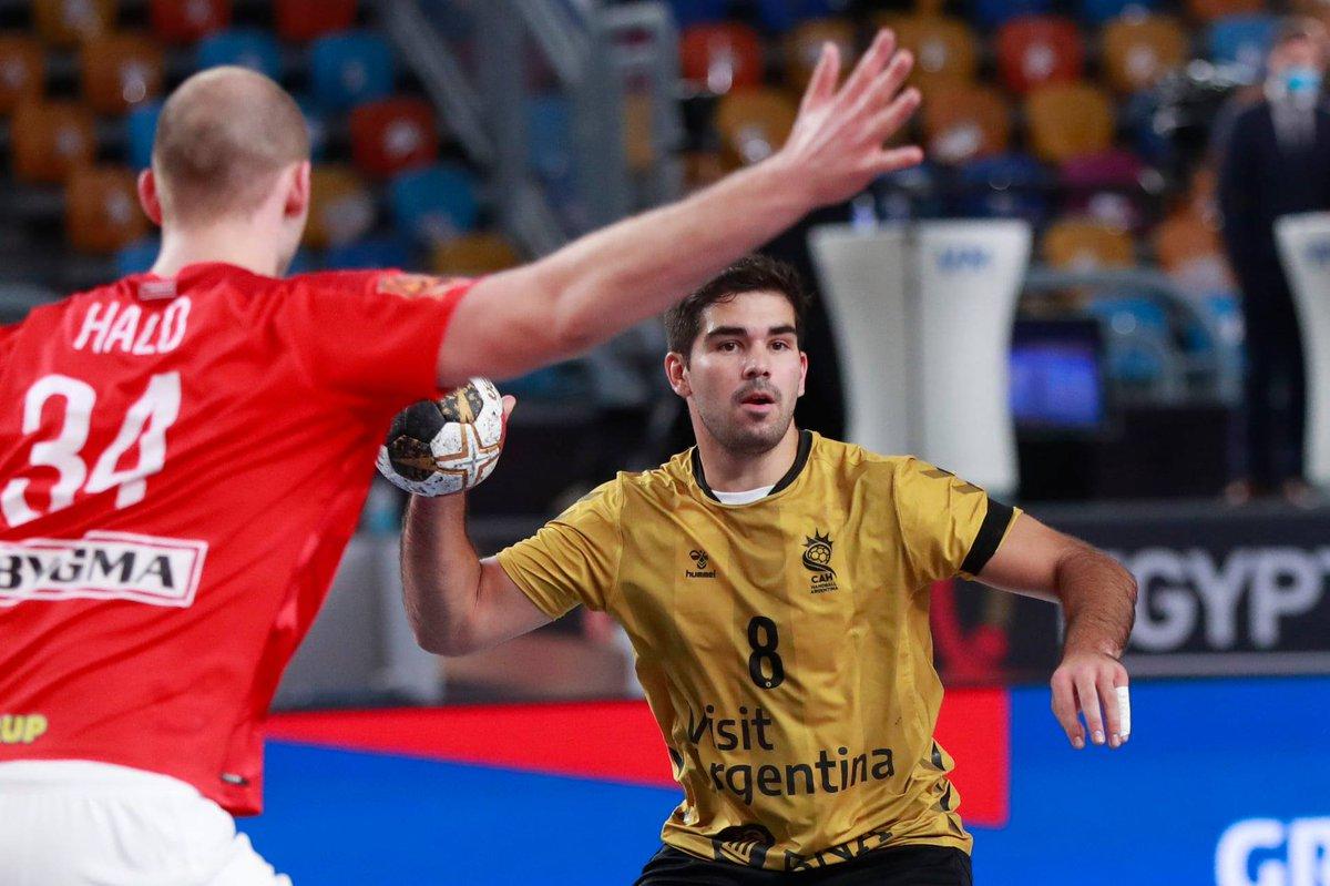 #Handball #Egypt2021 #Cairo 📷IHF ::  Derrota de Argentina 20-31 ante el vigente campeón mundial Dinamarca 🇦🇷🤾🇩🇰 #LosGladiadores reservaron piernas para la 2da ronda donde buscarán un lugar en cuartos 💪 Jueves 11:30hs (DeporTV, DirecTV) vs Japón! 👉 https://t.co/WLET1ezznu https://t.co/sRdsTEFPx1