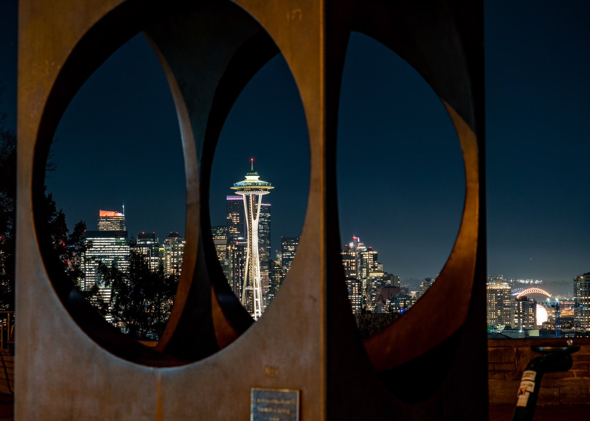 Tonight, the Space Needle joins landmarks, cities, and people around the country in a national moment of unity to honor the nearly 400,000 lives lost in the United States to COVID-19. 💛🧡 #COVIDMemorial