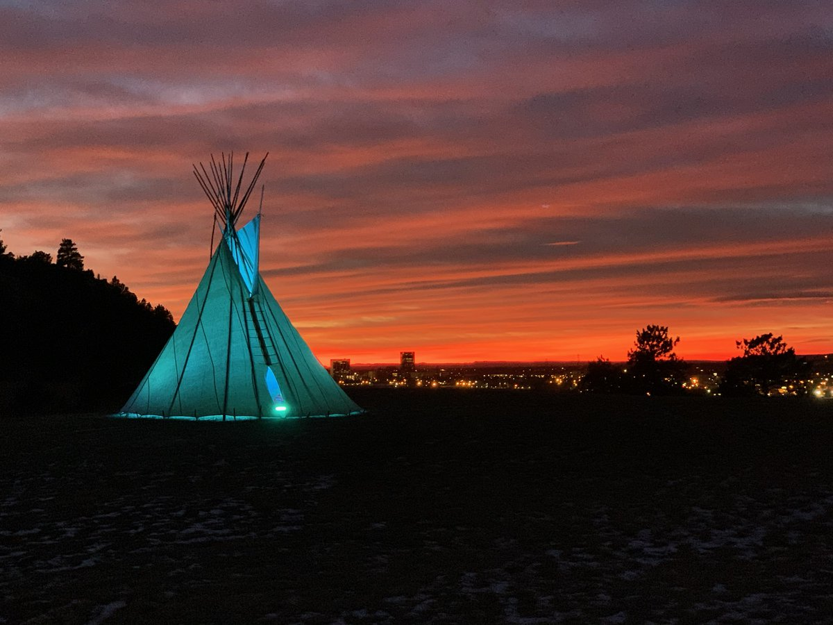 Beacon of Light Teepee that Joined the @BidenInaugural #COVIDMemorial sits tonight on Sacrifice Cliff in Montana, honoring Native Americans lost to COVID-19.