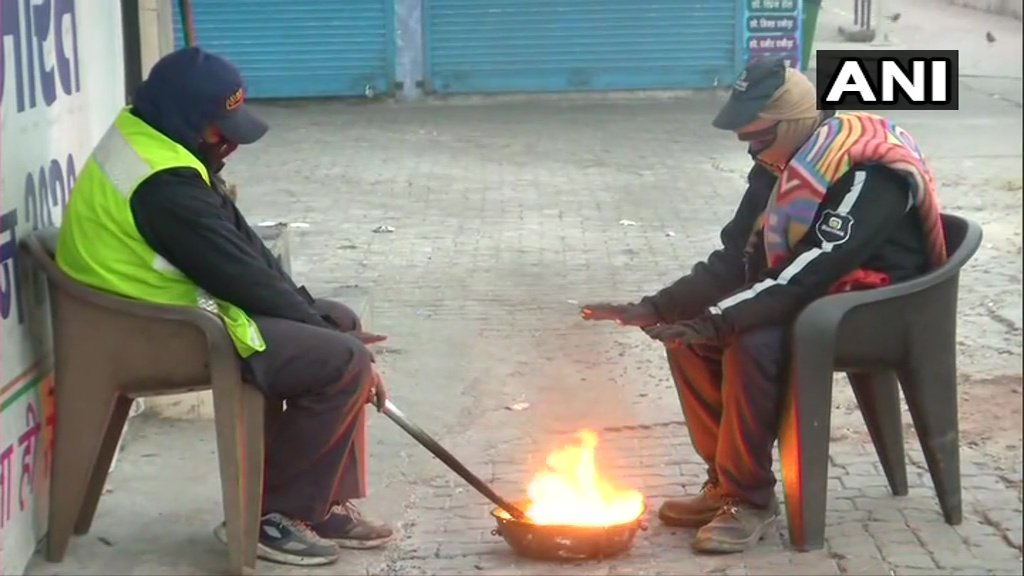 #Delhi: A layer of #fog continues to engulf the national capital. People light a fire to keep themselves warm as the temperature drops. (Visuals from Sarai Kale Khan.)  Current temperature in the city is 9.8 degree Celsius, as per India Meteorological Department (IMD).