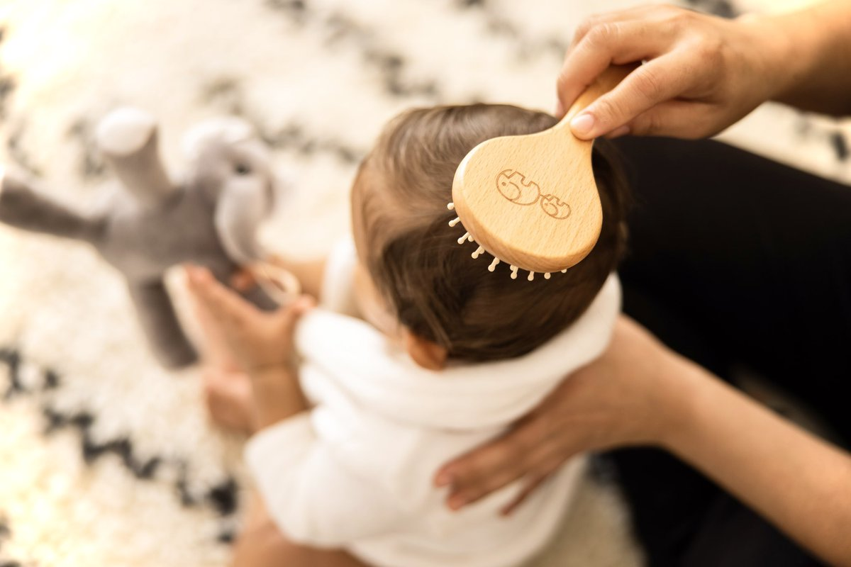 🎶🎵This is the way we comb our hair, comb our hair, comb our hair. This is the way we comb our hair. Early in the morning.🎵🎶  #babycomb #babycare #maate #nature #truetomotherhood