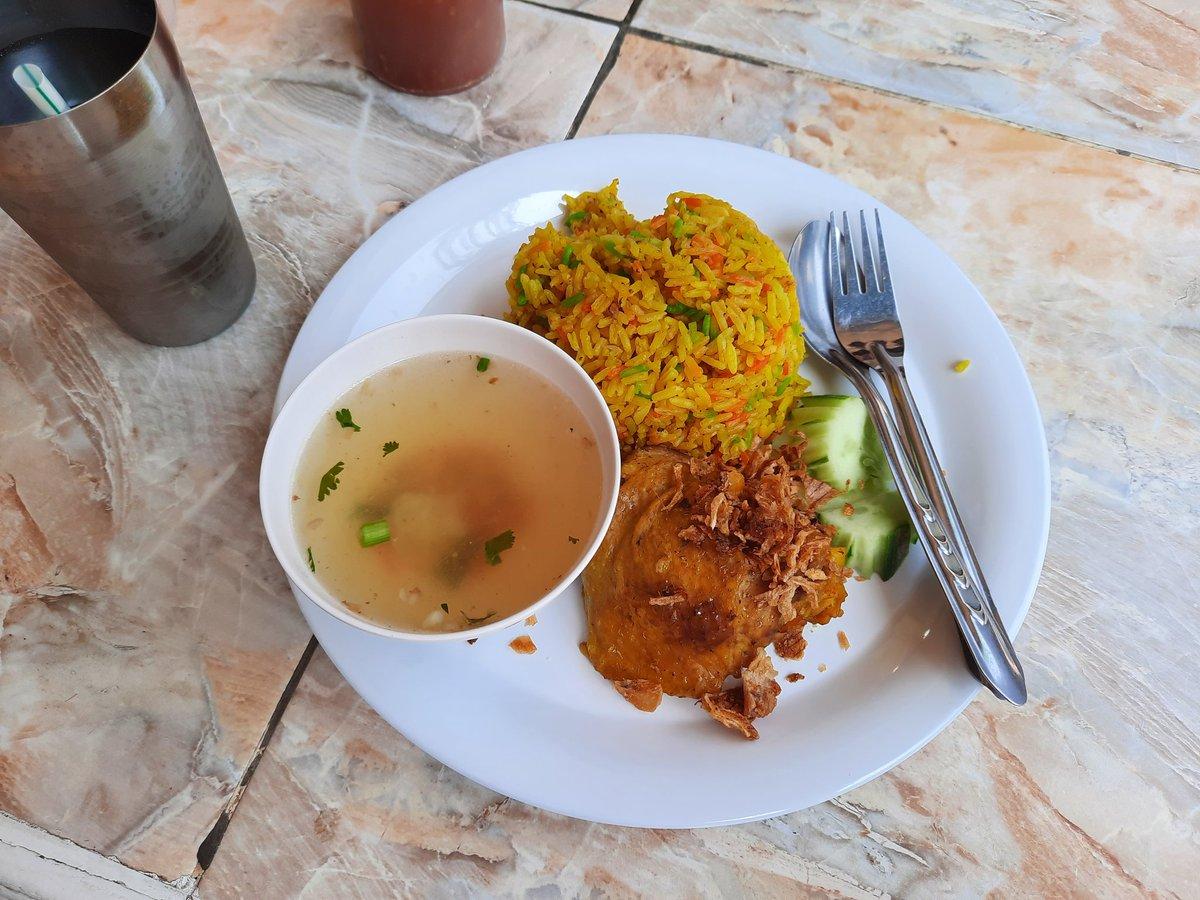 ランチは会社から徒歩3分の食堂街 カオモックガイ 50THB サフランライス+チキン カラフル&ちょい辛! ありがとう! #Thailand #thai #food #foodie #foodpics #yummy #yummyfood #タイ #タイ料理 #lunch #ランチ #カオモックガイ