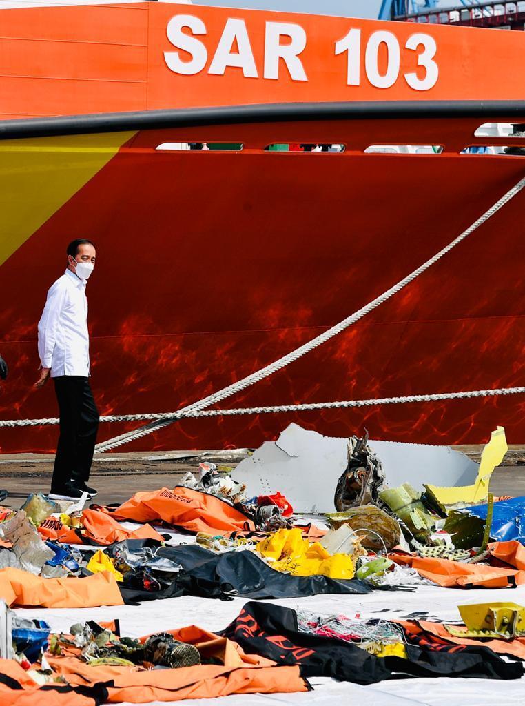 Serpihan-serpihan badan pesawat Sriwijaya Air SJ 182 masih terhampar di pelataran posko evakuasi di kawasan Pelabuhan Tanjung Priok, siang tadi.   Terima kasih kepada tim SAR gabungan yang bekerja keras melakukan kegiatan pencarian dan pertolongan sejak musibah sampai hari ini.