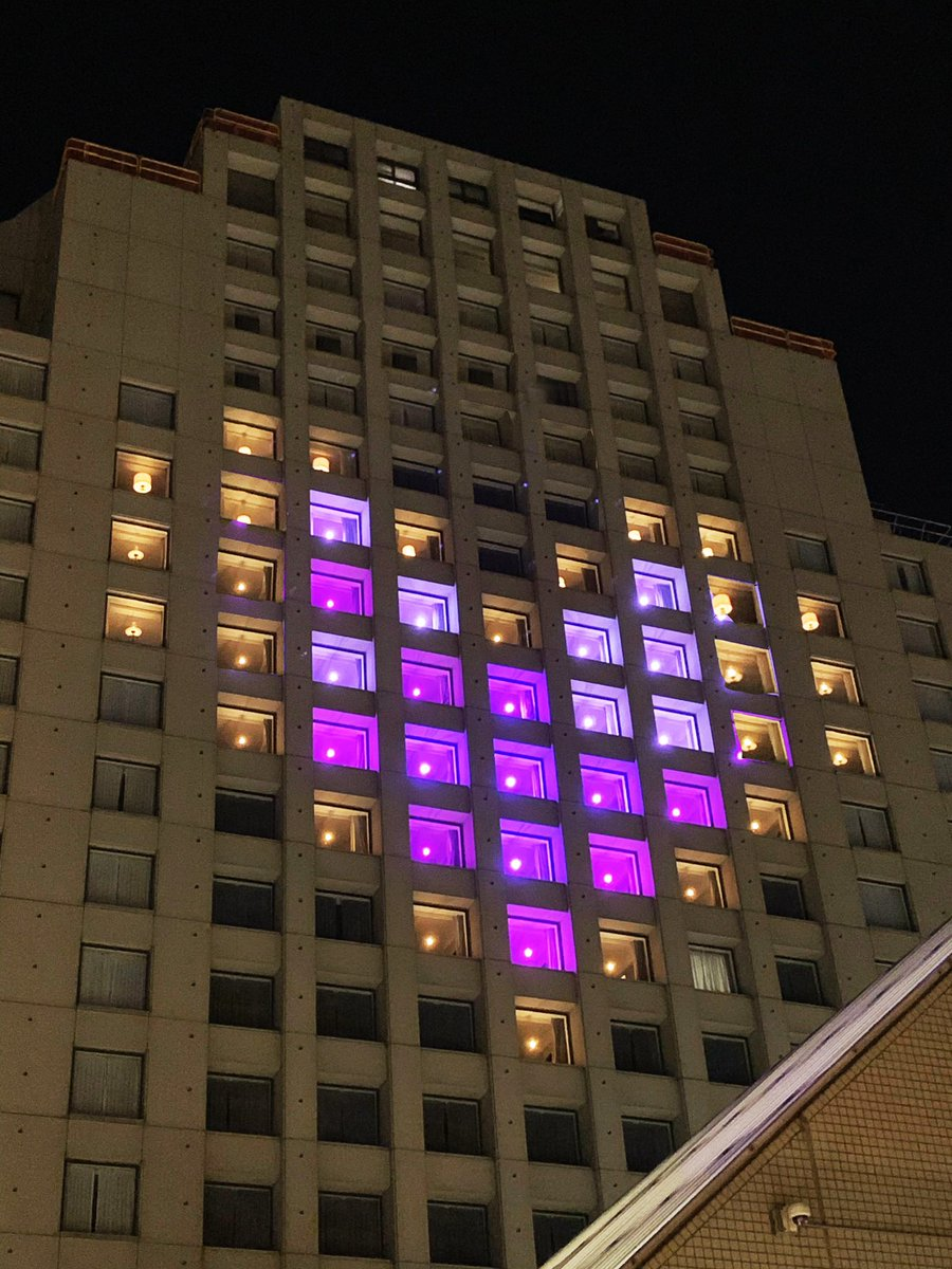 The Hotel Nikko wears its heart on its sleeve and on its façade. Thanks for lighting up tonight in memory of those who have died from COVID-19. #covidmemorial  @HotelNikkoSF