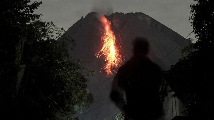 #Foto Pagi ini, 20 Januari 2021, Gunung Merapi kembali erupsi. Hingga saat ini, BPPTKG masih menetapkan status di tingkat Siaga. Berikut penampakannya:  Baca perkembangan beritanya di  Foto: ANTARA FOTO
