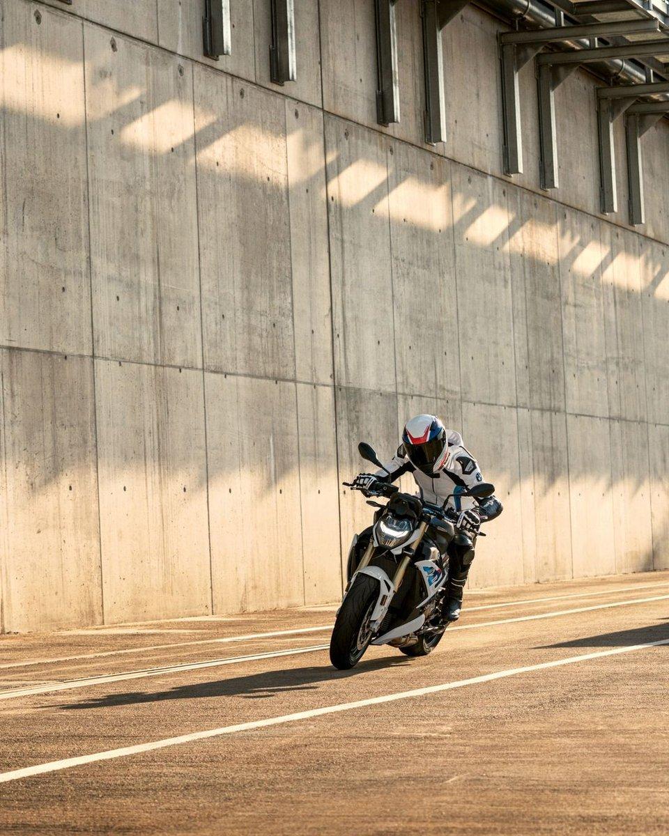 Yeni BMW #S1000R sizi sınırların ötesine taşımak için geliyor. #MakeLifeARide #BMWMotorrad #BMWMotorradTürkiye https://t.co/GpMwW6Vq1g