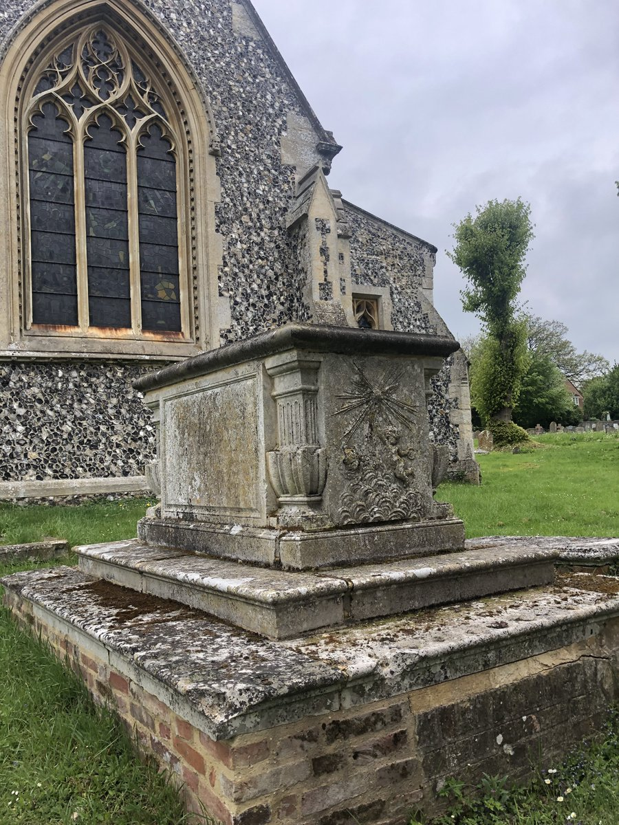 This week's #BattyChurch is St Nicholas in Elmdon, Essex🌳⛪️Follow the #thread to explore the church & the innovative solutions by expert ecologist @BatMatt20 , church architect & community of @IcknieldWay to protect the bats & treasures within🦇🏛️1/7