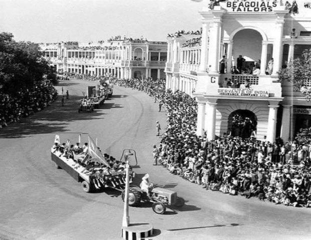 1952 की गणतंत्र दिवस की परेड जिसमें  किसानों ने अपने ट्रैक्टरों के साथ भाग लिया था।  जीतेगा तो किसान ही ✊  #FarmersProtest @manjeetkaur5071 @tonyJatinder9 #26th_को_किसानो_दिल्ली_चलो