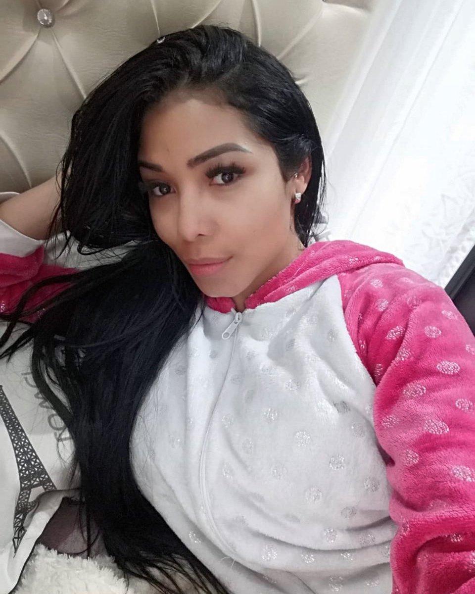 Good morning 😃 #positivevibes #goodmorning #latina #fresh #lockdown #followforfollowback #likesforlike #pinkpinkpink #white #colombia #london #uk #likesforlike #share #sharelove #instalike #instagram #instadaily #selfie #bed #allday #everyday