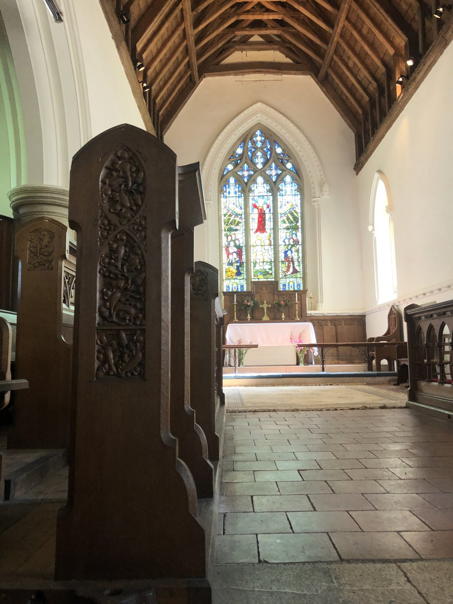 Inside the flint & rubble edifice you will discover the elaborate marble alter tomb of wealthy landowner Thomas Meade dated 1583  A selection of medieval brasses adorn the walls & marvellous carved oak pews await visitors🙏#Thread 3/7