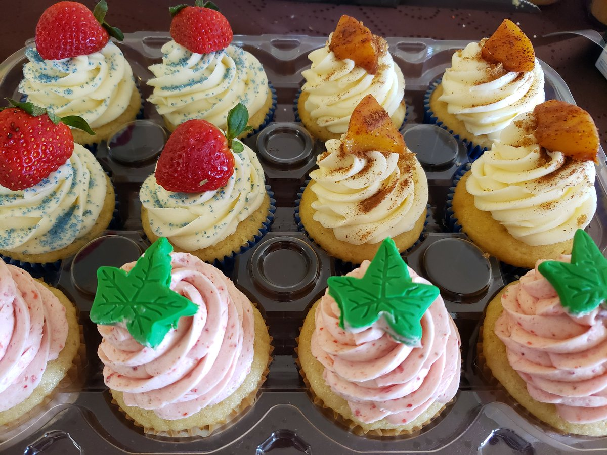#Inauguration2021 Cupcakes: 1908 (vanilla #cupcake with strawberry frosting and green ivy topping), #Georgia on My Mind (Peach Cobbler cupcake), and HU! You Know! (Vanilla cupcake with vanilla frosting, strawberry filling and topping, and blue sprinkles).