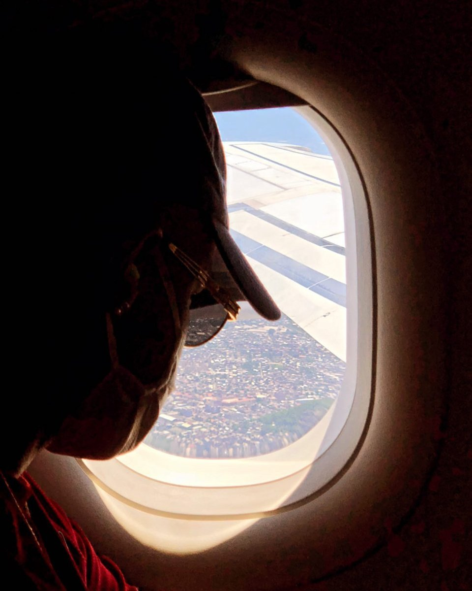 """Vcs também sentem falta de casa quando viajam? ✈🏠  Hora de voltar pra SP pq muita coisa vai rolar nos próximos dias, começando pelo lançamento de """"Sua Raba Não Para"""" com Os Hawaianos! 👊🏾💥 Já fez o pre-save? Link aqui:"""
