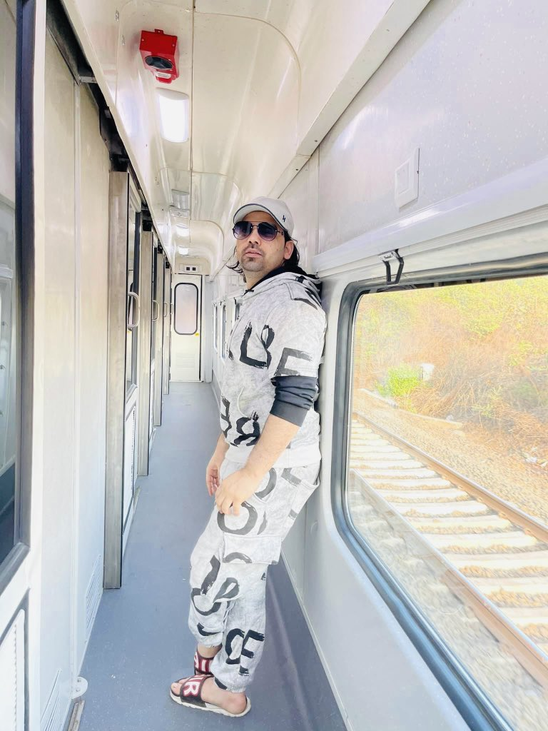Hello Everyone....It's been a while i travelled in train... On my way to #datia #madhyapradesh #MP for a performance...Very excited and having a great time with my band my backbone... Looking forward to making some memories and remembering some.   #shadabfaridi #live #singer