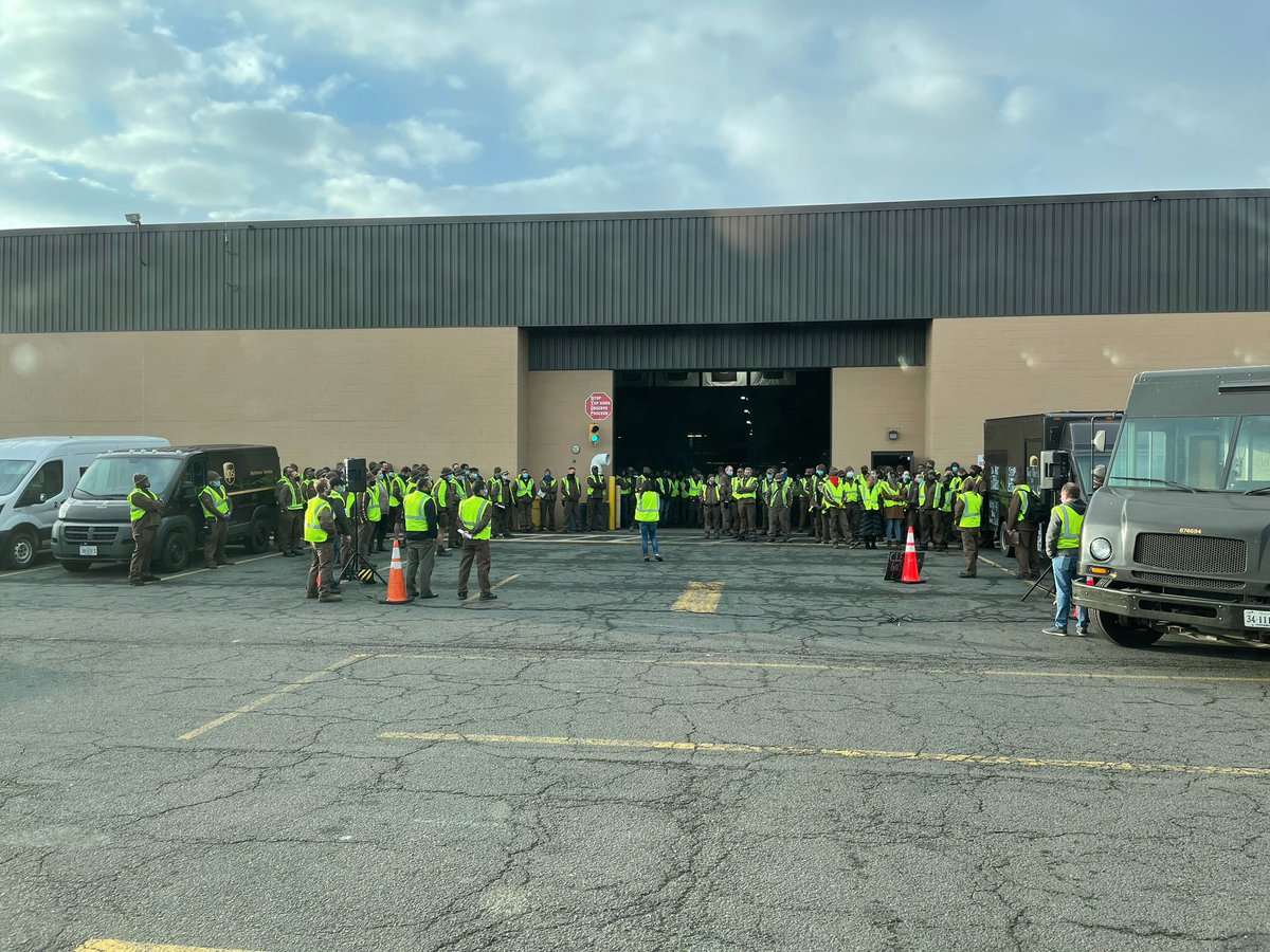Dulles building huddle #startstrong #finishstrong. @CHSPKelley spoke to everyone about 2020 Peak - their healthy numbers & not putting off the doc visit and service! Of all the numbers discussed, we want to make sure you know that YOU are the most important ONE! #upsstrong