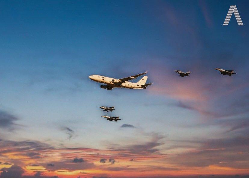 📸 ✈️ صورة من إستعراضات القوات الجوية الملكية السعودية في #اليوم_الوطني_السعودي90 بعد التعديل عليها بالفوتوشوب .. رأيكم