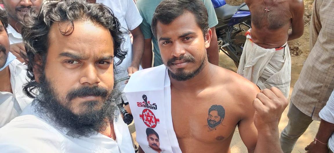 దాచుకోలేనంత ప్రేమ అంటే ఇదేనేమో....  కట్టుకున్న ఇంటి నుండి కొట్టుకునే గుండె వరకు గుండెళ్ళో దాగలేని ప్రేమ మీ గుండెలపై ఆయన ప్రతిమ  @PawanKalyan గారి మీద మా @pathapatnamJSP జనసైనికులు దుర్గారావు, దినేష్ గార్లు చూపించే ప్రేమకి 🙏🙏🙏
