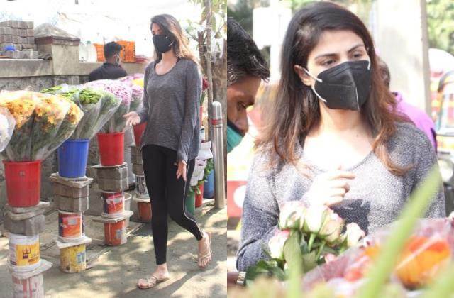 दिवंगत बाॅयफ्रेंड सुशांत के बर्थडे से पहले फूल खरीदने पहुंचीं रिया,लेटेस्ट तस्वीरों में खोई-खोईं दिखीं एक्ट्रेस   #RheaChakraborty #flowers #late #boyfriend #sushantsinghrajput #birthanniversary #BollywoodNews #BollywoodNewsandGossip #