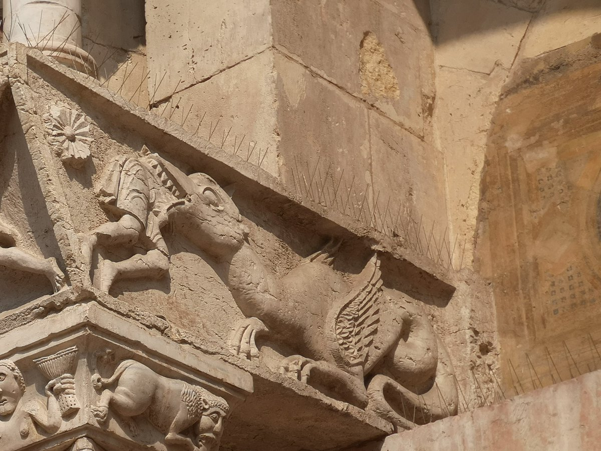 An unfortunate individual getting up close and personal with a dragon's teeth outside Cattedrale Santa Maria Matricolare, Verona 🇮🇹 #TeethInChurches #AnimalsInChurches https://t.co/n21foOB28l