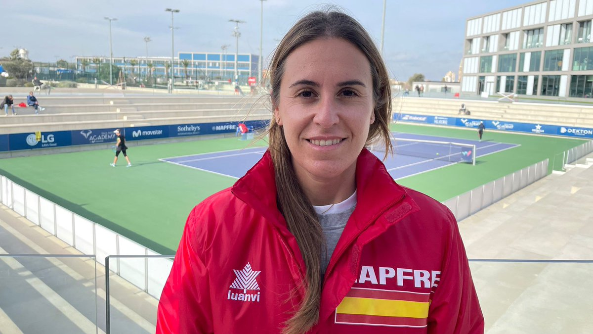 🎾 #Tenis La seleccionadora nacional @anabelmedina, siguiendo de cerca a las tenistas 🇪🇸 en el primer internacional 🚺 del año en la @rnadalacademy 😍