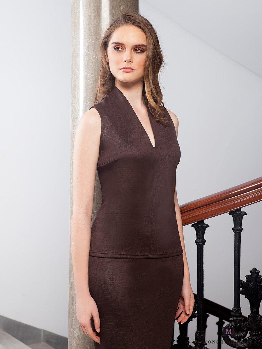 Líneas perfectas, corte perfecto, silueta perfecta. Combina este top con lo que quieras. Mira la colección completa en  #top #coleccionotoñoinvierno #monchoherediaclothing #reyesmagos #fiestas#oi20 #moda #fiesta #fashion #aw20 #style  #perfectguest